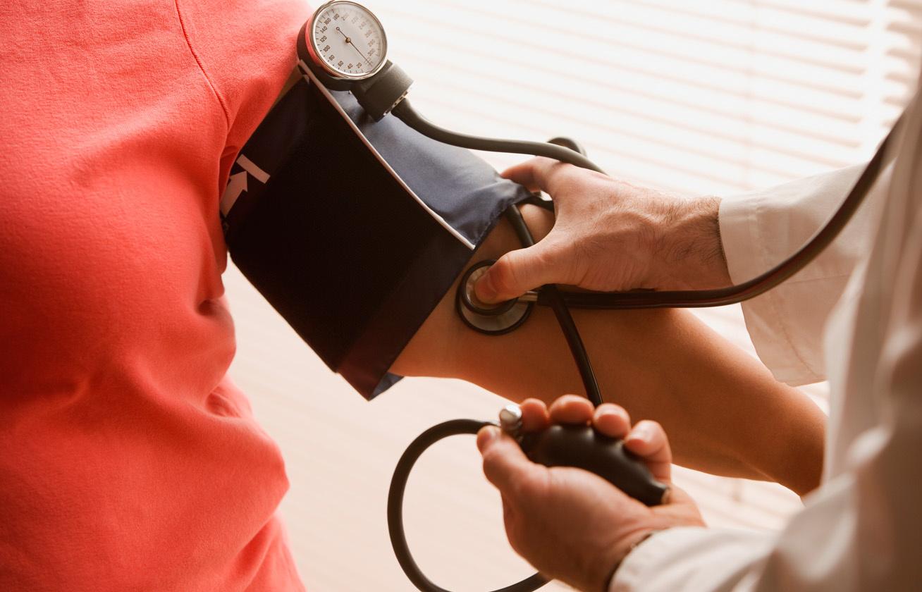 különbség a magas vérnyomás és a magas vérnyomás között magas vérnyomás kezelése idősek konzultációján