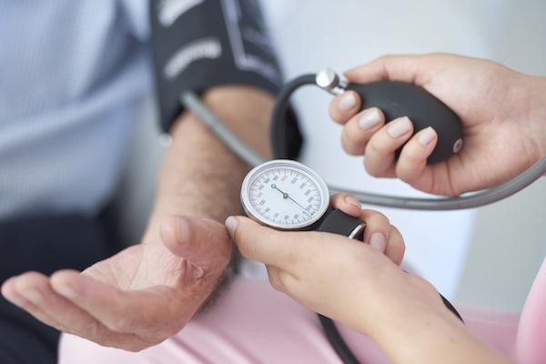a magas vérnyomás következményeinek tünetei)