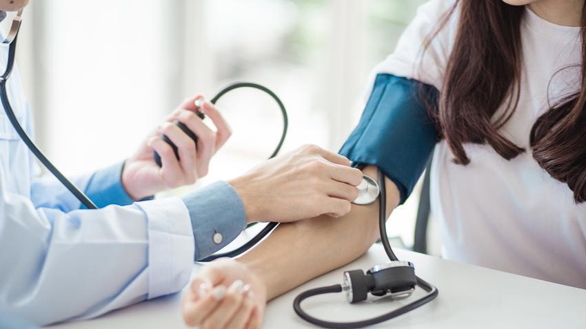 amit magas vérnyomás kísér