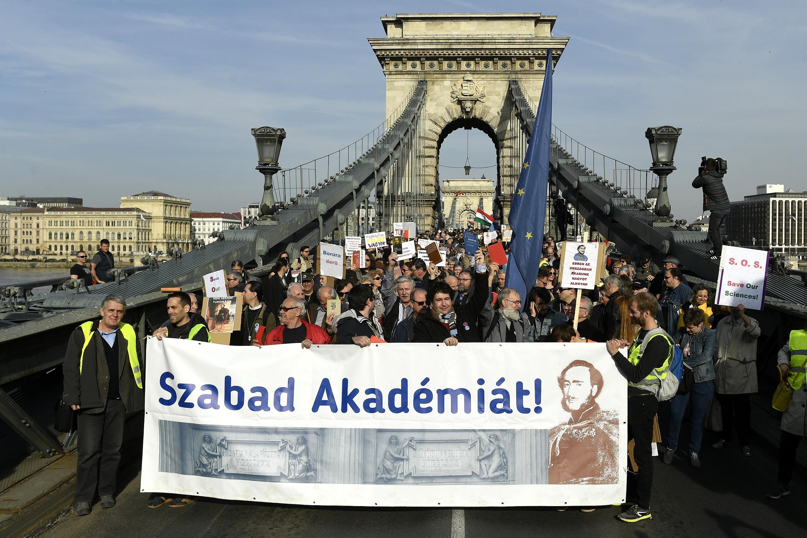 A tudományos élet szabadságát fenyegetik a kormány javaslatai